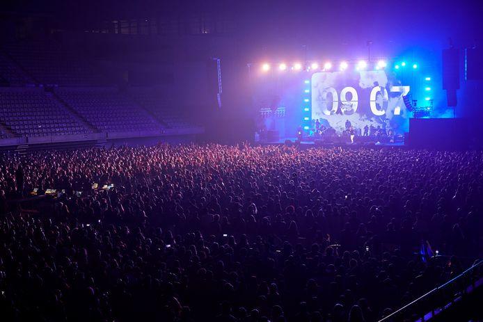 Le groupe espagnol Love of Lesbian se produit sur scène devant 5 000 personnes dans l'arène du Palau Sant Jordi à Barcelone, en Catalogne.