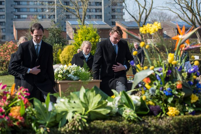 Begrafenis van een corona slachtoffer in Eindhoven