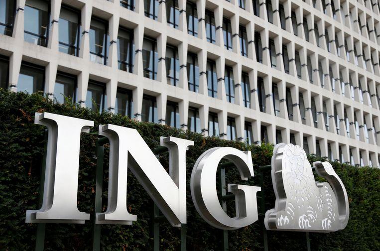 Het logo van de ING bank voor de ingang van het kantoor in Brussel, België. Beeld REUTERS