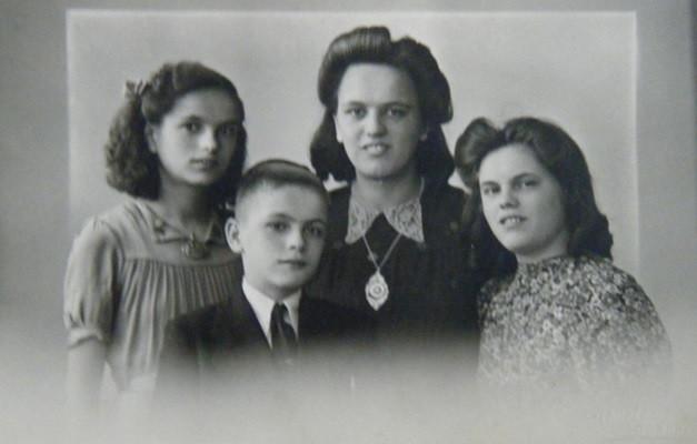 Corrie Baars (links) en haar zussen Miep en Bets en broer Jaap.