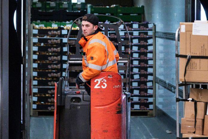 Jarno Mommersteeg laadt bij transportbedrijf Kivits Drunen spullen in de vrachtwagen.
