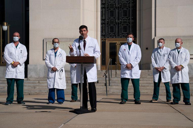 Trumps lijfarts Sean Conley spreekt de pers toe voor het militair ziekenhuis Walter Reed. Hoe ernstig de gezondheidstoestand van de president was, werd volgens de New York Times verzwegen. Beeld AP