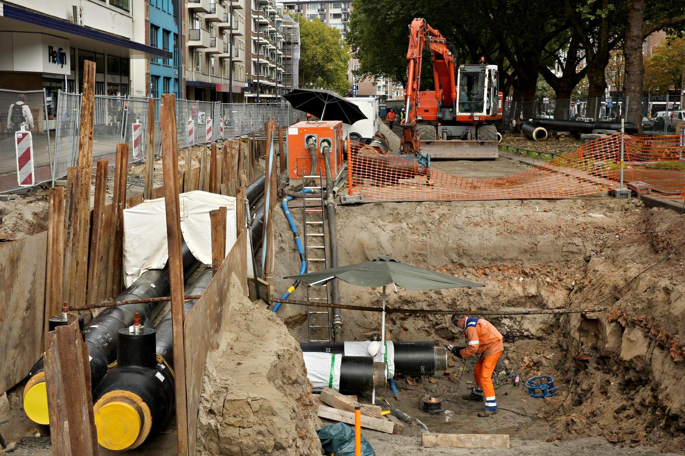 Werk aan de stadsverwarming aan de Mariniersweg in het centrum van Rotterdam.