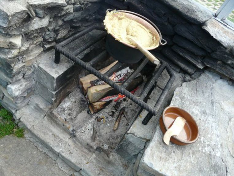 Pruttelende polenta op een open vuur. Beeld UNKNOWN