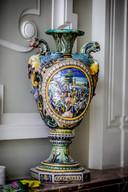 Een opvallende, kleurrijke vaas staat te pronken.
