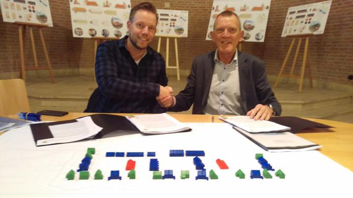 Tjerk Prinsse van projectontwikkelaar Mateboer (links) en wethouder Wiemer Haagsma ondertekenen de contracten.