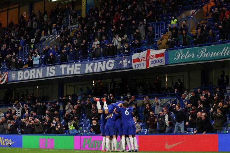 Chelsea-fans juichen bij een goal van hun ploeg tegen Leicester City. Beeld AFP