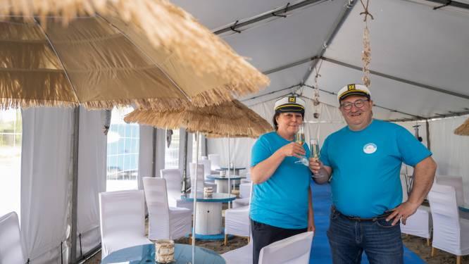 """Bistro Jachthuis installeert gloednieuwe beachlounge: """"Beiden zot van de kust"""""""