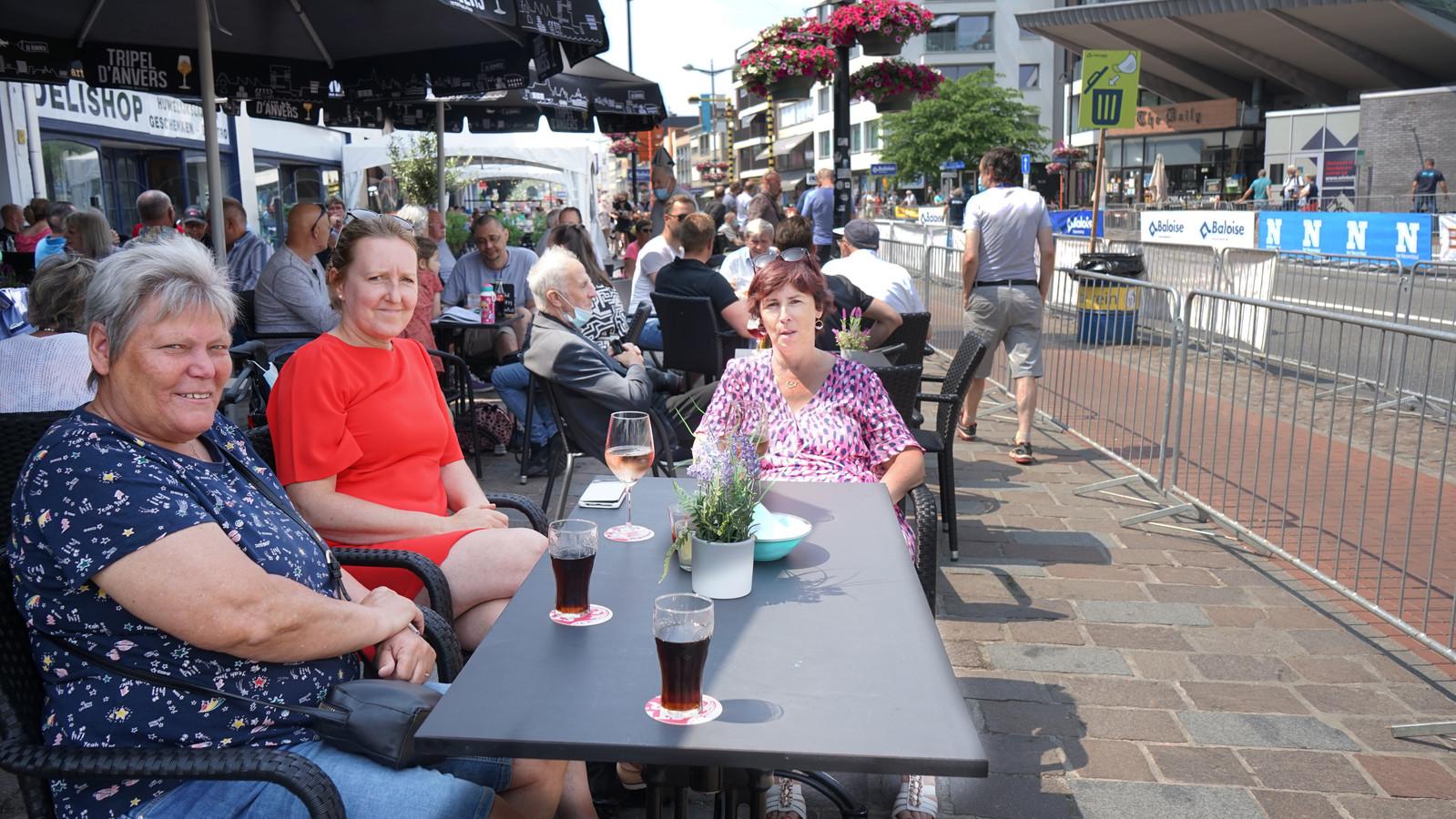 Kristien De Roeck, Leentje Van Laere en Hilde Maes konden woensdag een tafeltje bemachtigen met zicht op de start van de koers.
