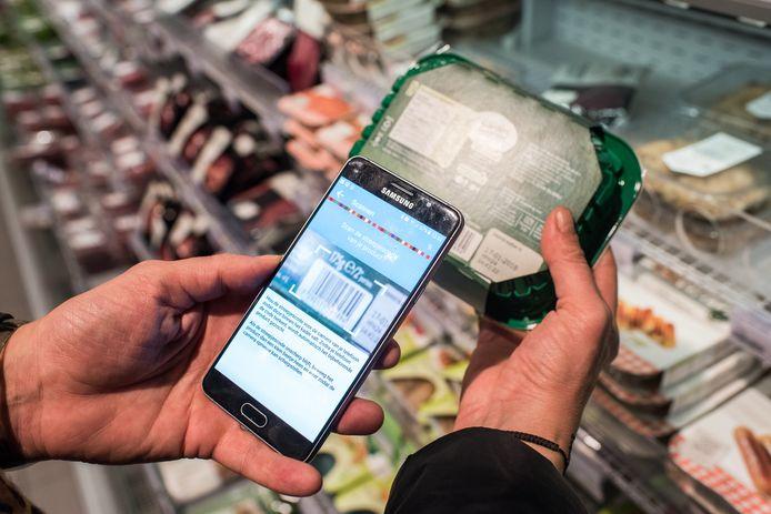 Met de 'Kies Ik Gezond'-app van het Nederlandse Voedingscentrum zie je direct of het product van je keuze gezond is of dat er alternatieven zijn.