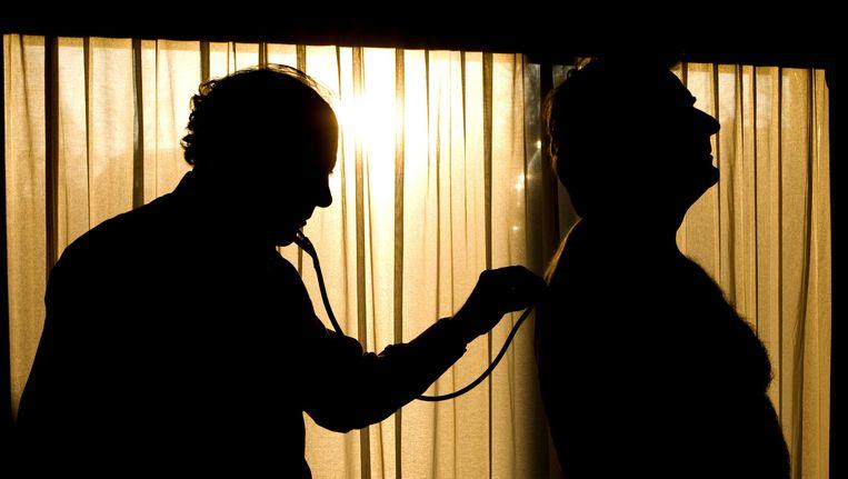 Een huisarts behandelt een patiënt Beeld ANP XTRA