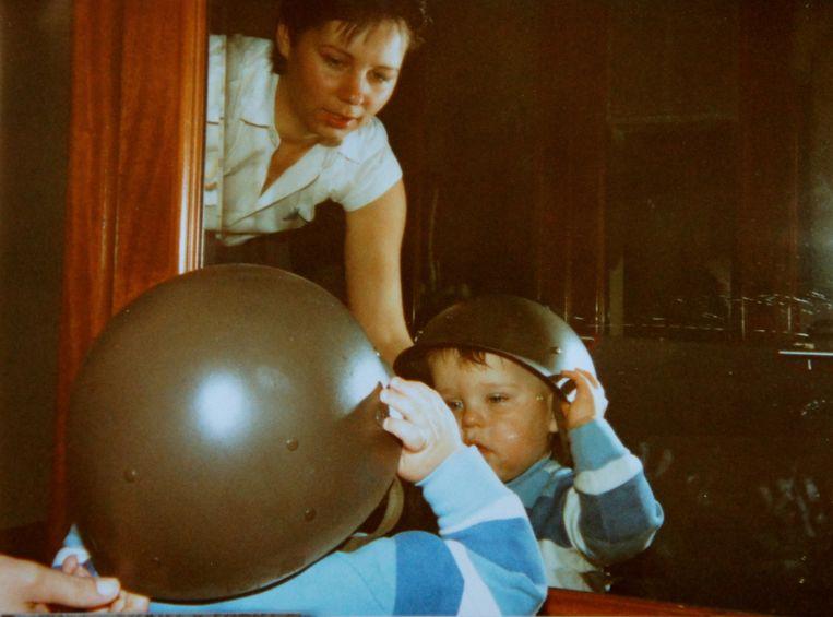 Als peuter met de helm van zijn vader. Beeld