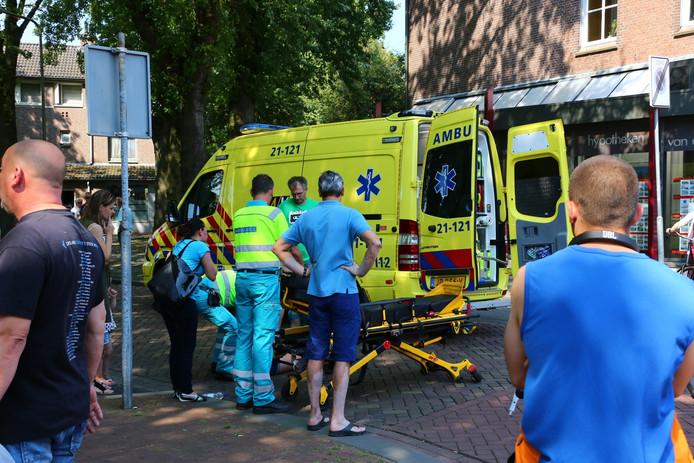 De scooterrijdster is met een ambulance naar het ziekenhuis gebracht.