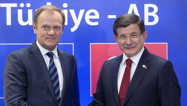 EU-president Donald Tusk (L) en de Turkse premier Ahmet Davutoglu (R). Beeld afp
