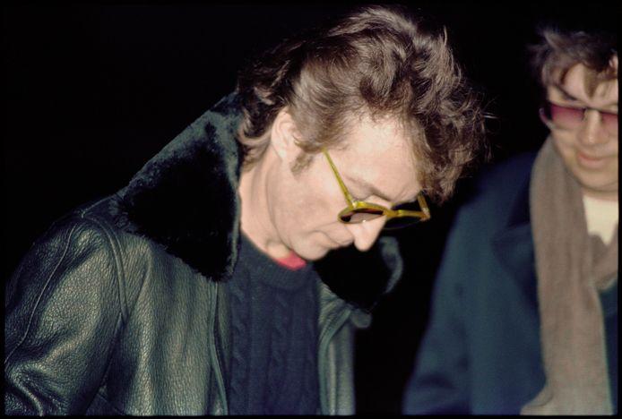 John Lennon signant un autographe à son assassin, quelques heures avant sa mort.
