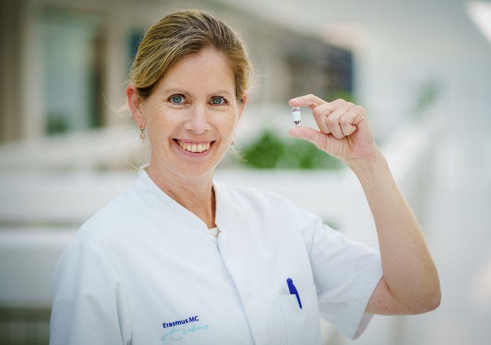 MDL-arts Manon Spaander vindt dat het tijd is voor een reset van de ziekenhuiszorg. Ze test zelf al een camerapil waarmee mensen thuis een darmonderzoek kunnen ondergaan.
