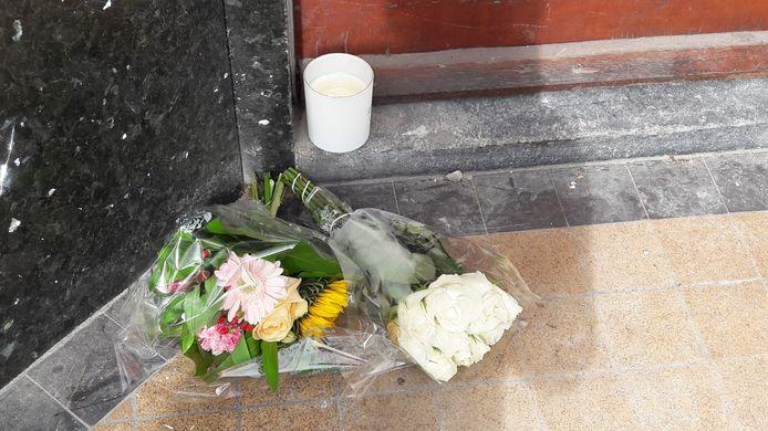 Bloemen op de plek waar het gebeurde bij de WIllem de Zwijgerlaan.