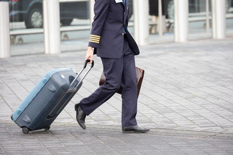 Een piloot op Schiphol. Ook de pilotenbond belooft nu tot 2025 salaris in te leveren om de luchtvaartmaatschappij te redden. Beeld Hollandse Hoogte / Harold Versteeg