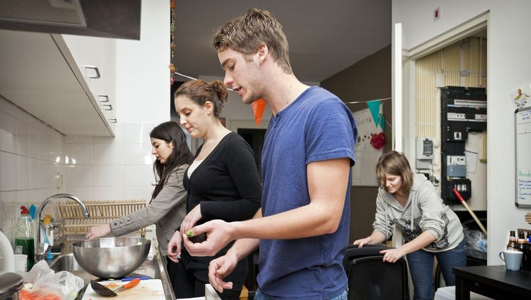 Studenten koken in een Amsterdams studentenhuis. Beeld Marc Driessen