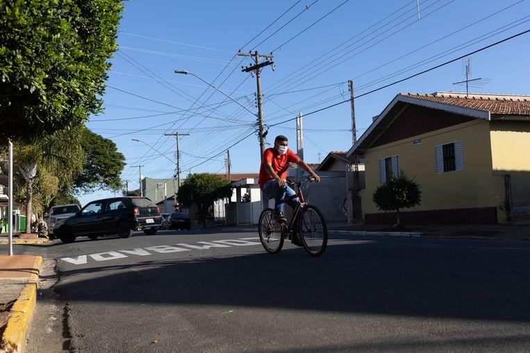 Een man fietst door de stad van Saltinho.   Beeld gabriela portilho