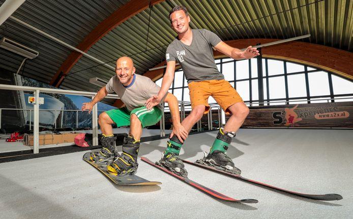 De opening van de nieuwe skibaan in het voormalige Wiebel Biebel-pand in 2019. Eigenaren Joop van Lienden (l) en Edwin Deisting testten de banen.