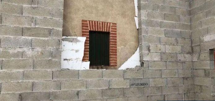 Le mur construit à trois centimètres de la fenêtre de Cyrielle