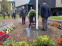 Burgemeester Theo Weterings staat stil bij de Tilburgse slachtoffers van oorlogsgeweld, na het leggen van de herdenkingskrans.