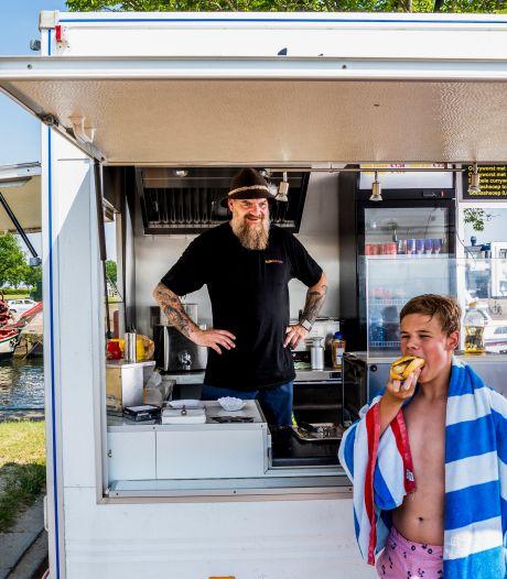 Hitte of niet, Duitser Sven staat in zijn kraam braadworsten te verkopen (en dat blijkt een succes)