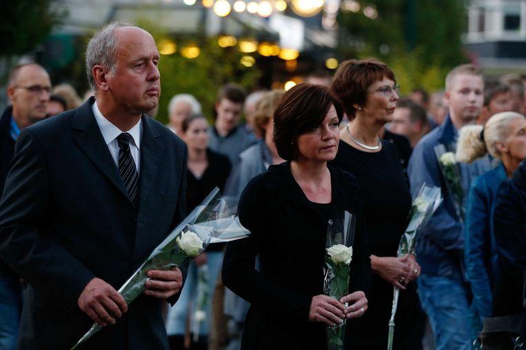 Burgemeester Hans Gerritsen van Haaksbergen tijdens een stille tocht in oktober ter nagedachtenis aan de drie doden. Beeld ANP