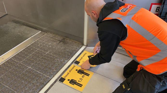 NS liet vanochtend op Utrecht CS honderden stickers plakken met de boodschap om afstand te houden.
