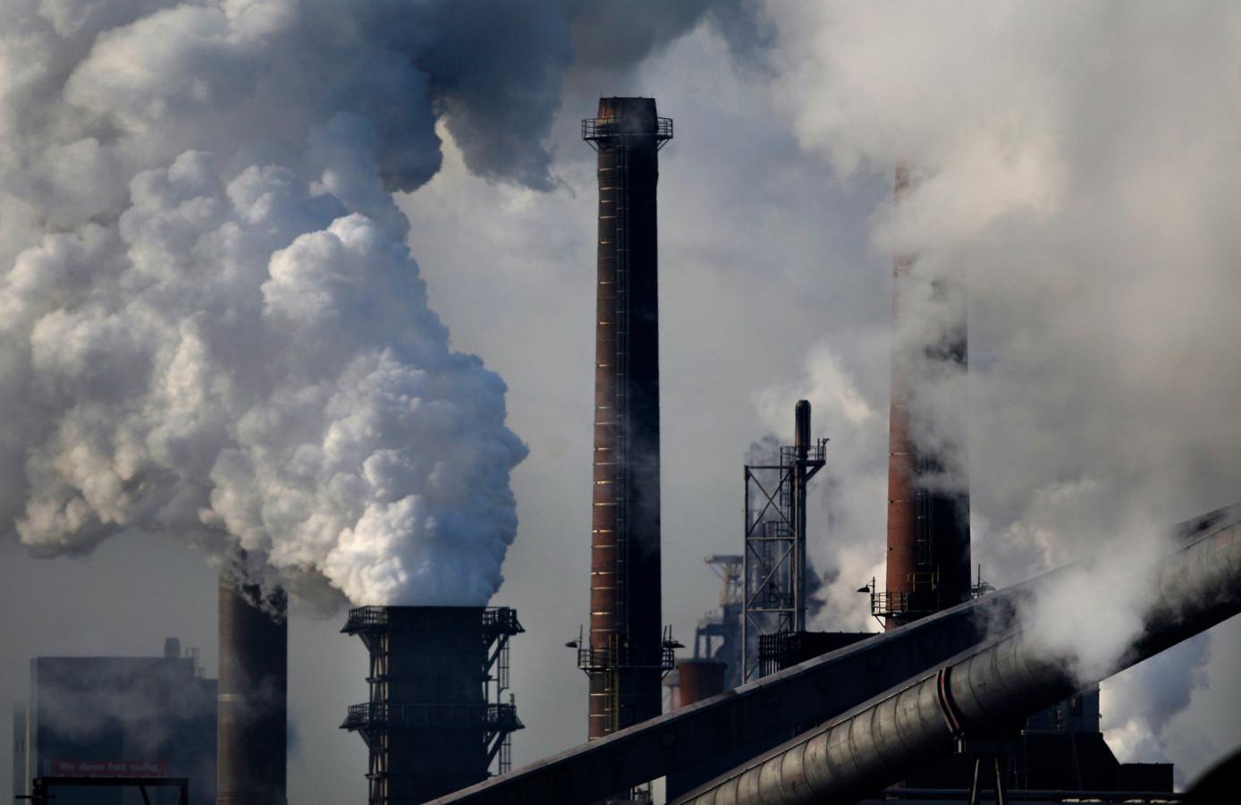 Rokende schoorstenen bij staalproducent Tata Steel in IJmuiden.