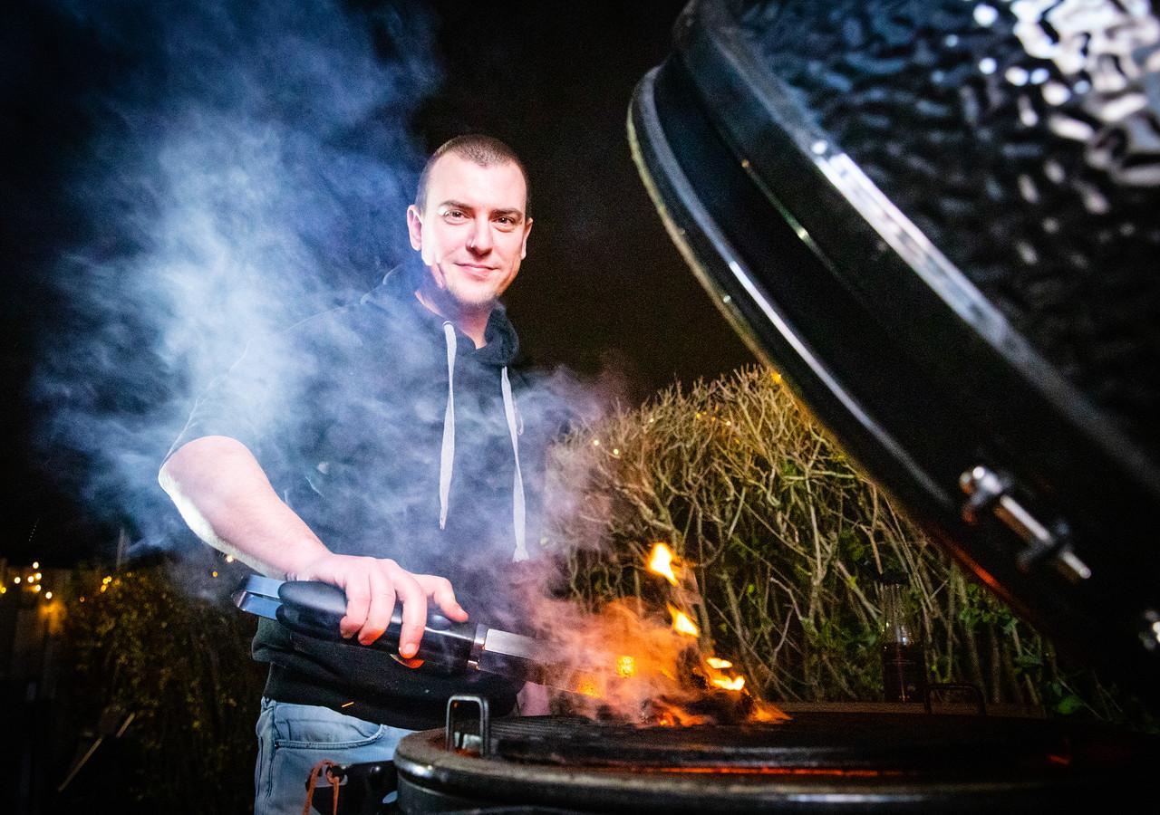 Johan Kwakernaat (37) uit Puttershoek steekt bijna elke avond de barbecue aan.