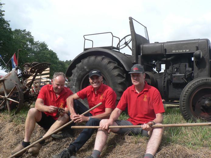 De landarbeiders nemen een korte pauze bij de oude Deutz van Joep van den Berg uit Volkel.