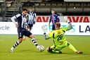 Telgenkamp speelde tot 2015 bij Heracles Almelo, daarna maakte hij de overstap naar FC Emmen. Op de foto probeert hij Heracles-spits Sinan Bakis te stoppen.