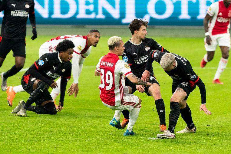 Met een slim schot uit een korte draai scoort Antony de gelijkmaker voor Ajax: 2-2.  Beeld Pro Shots / Jasper Ruhe