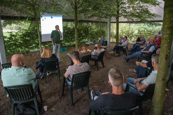 Coronaproof bijeen om te praten over de toekomst van café Halfweg in Voor-Beltrum