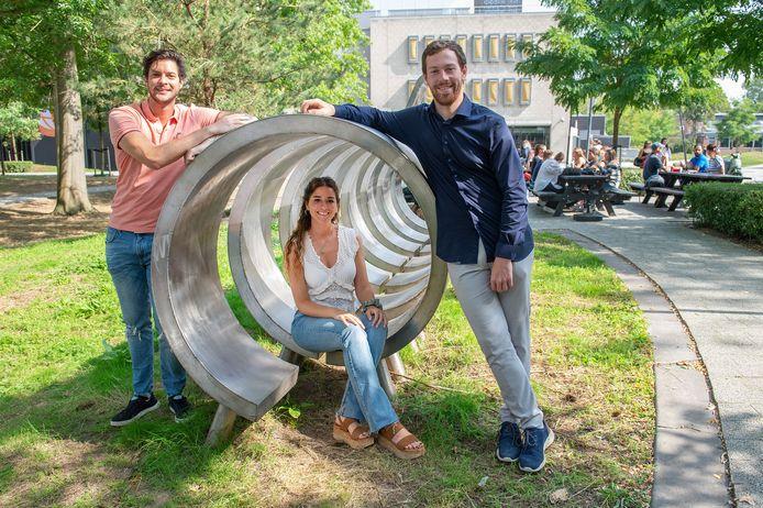 Bij Buas poseren Patricio Bird, Sofia Salesi en Bart Lauwen van de hulporganisatie Breda Internationals die buitenlandse studenten helpt op velerlei gebied.