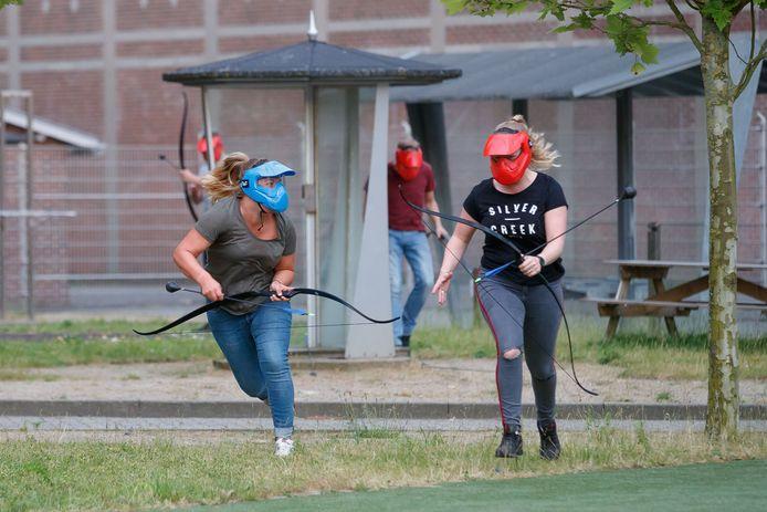 Ook een potje archery tag staat op het programma, een kruising tussen trefbal en paintball, maar dan met pijl en boog.