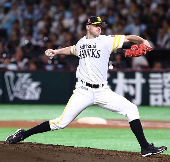 Recente beelden van Rick van den Hurk, profhonkballer in Japan.