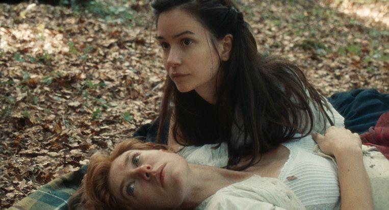 Vanessa Kirby (links) als Tallie en Katherine Waterston als Abigail in The World to Come.  Beeld
