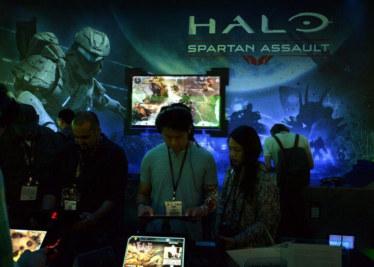 Fans proberen de Xbox-game 'Halo' uit op een gamebeurs. Beeld EPA
