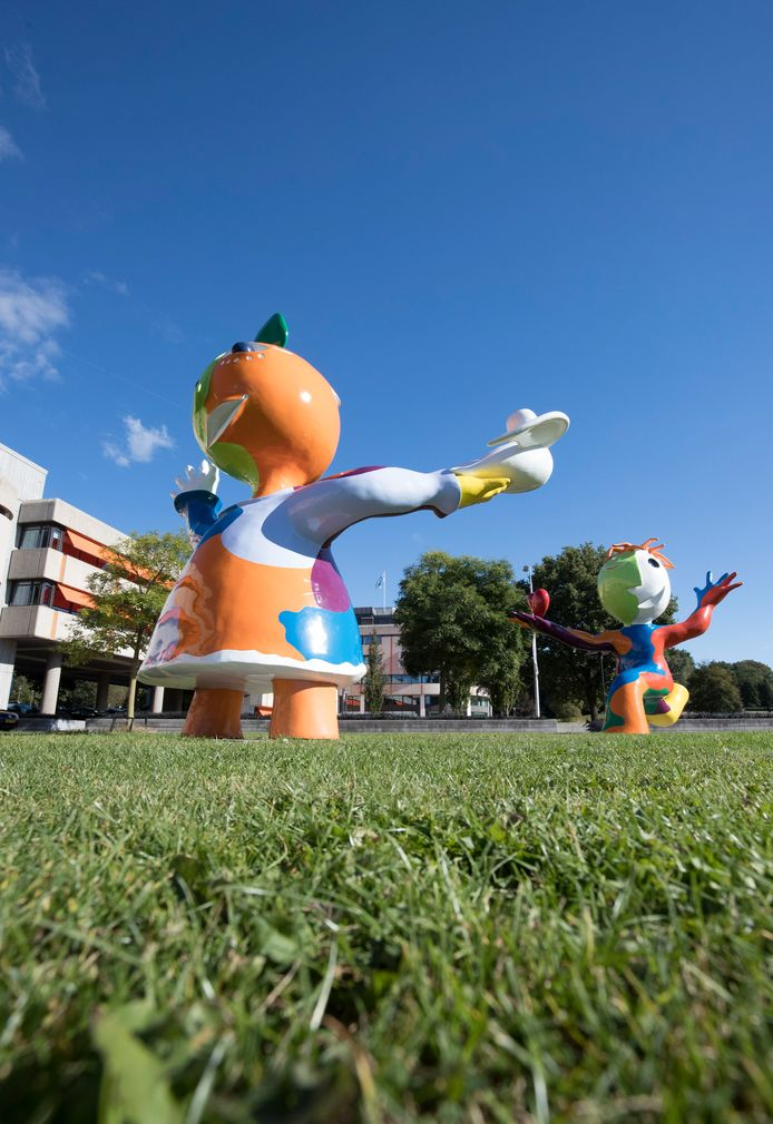 De beelden 'Chico y Chica' bij het gemeentehuis in Ede.