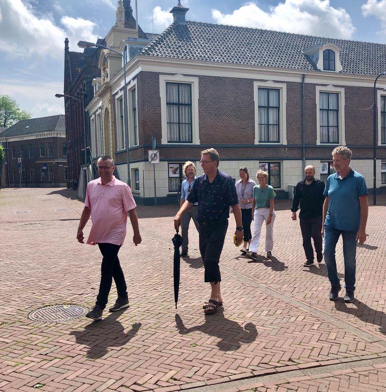 Harold van Garderen (op kop) en de andere wandelaars. Beeld Toine Heijmans