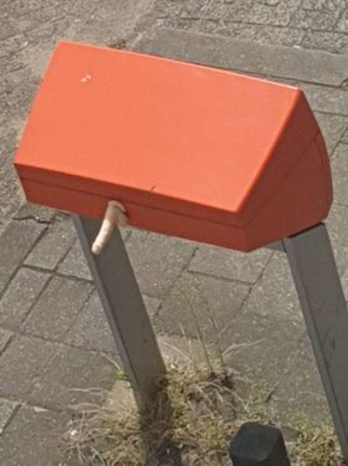 De dildo aan een brievenbus in de St. Annastraat.