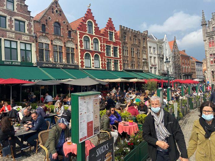 De terrassen op de Markt zitten goed vol.