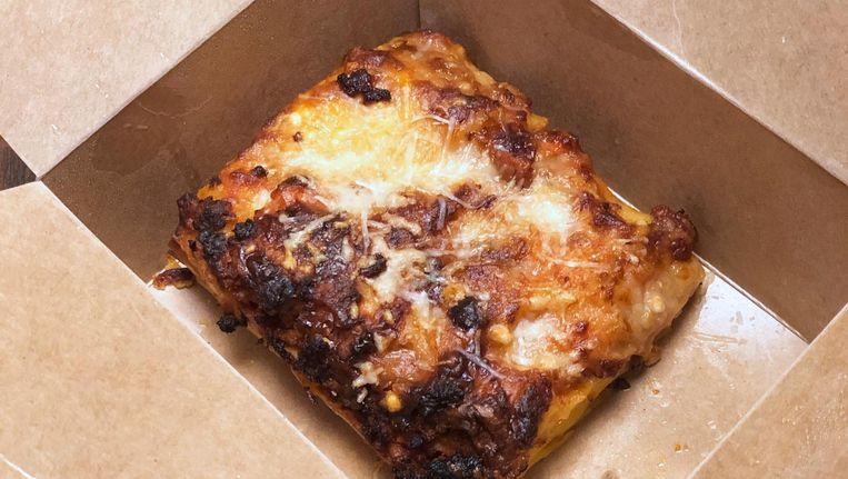 De lasagne is niet warm, maar vreselijk lekker. Beeld Monique van Loon
