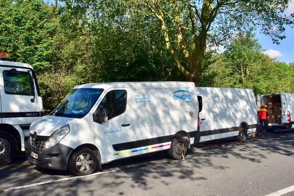Een tweede bestelwagen van het koerierbedrijf Reli Express uit Oostkamp snelde ter plaatse om de gestrande pakjes over te laden en alsnog snel op hun bestemming te krijgen.