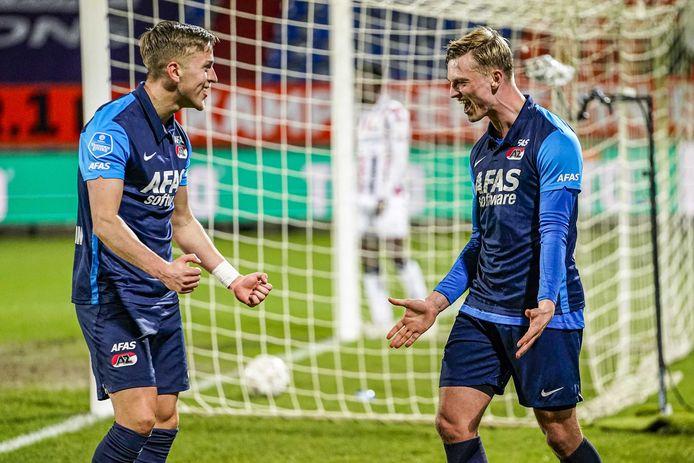 Albert Gudmundsson maakt de bevrijdende 0-1 voor AZ in Tilburg.
