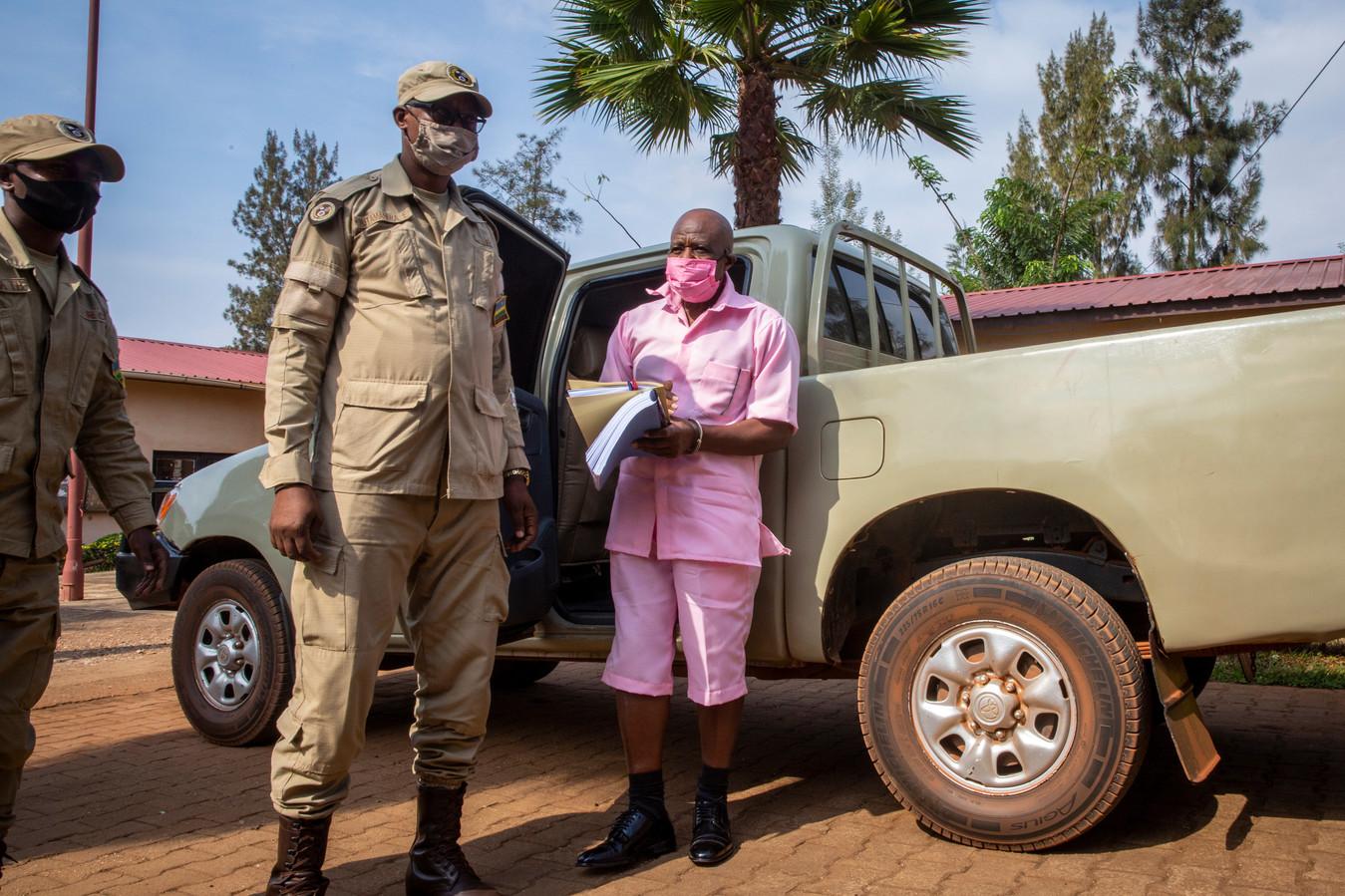 Paul Rusesabagina in een roze gevangenisuniform, als hij in september 2020 bij een hoorzitting arriveert in Rwanda.