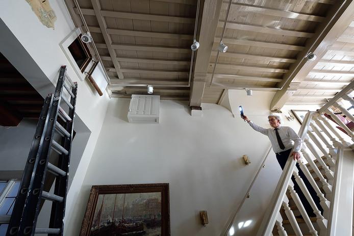 Hotelier Frans Hazen van De Draak laat zien waar in de Tweede Wereldoorlog onderduikers verstopt zaten. Terwijl de Duitsers beneden in het café zaten, bevonden zich enkele meters daarboven de Joden en verzetsmensen.